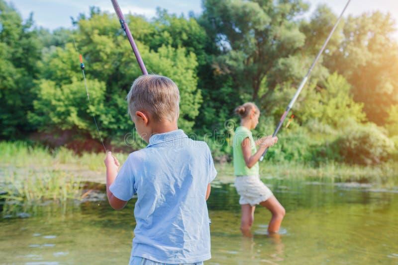 Einsames kleines Kinderfischen auf Fluss lizenzfreie stockbilder