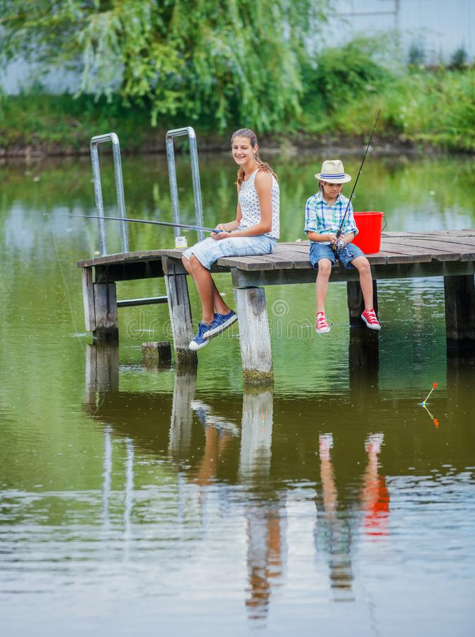 Einsames kleines Kinderfischen auf Fluss lizenzfreie stockfotos