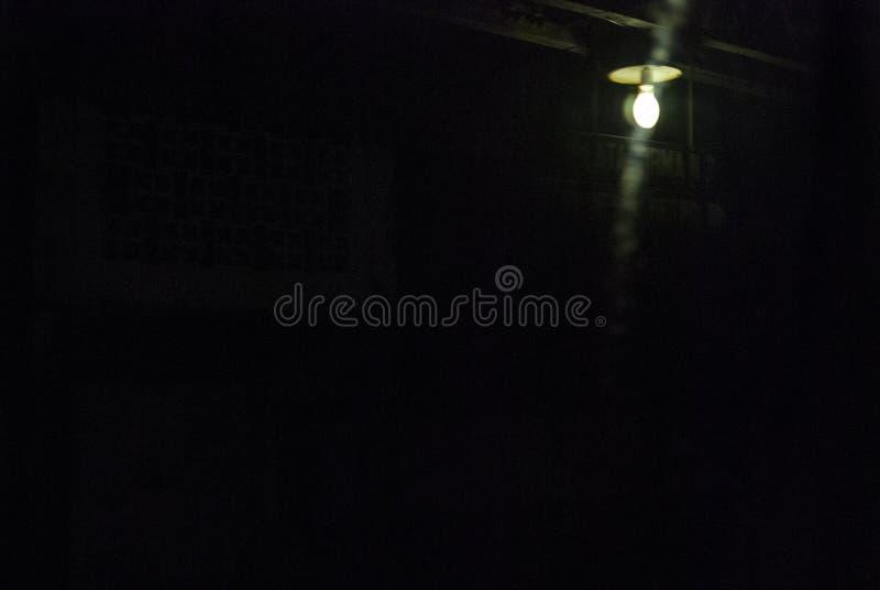 Einsames Licht, welches die Station belichtet lizenzfreies stockfoto