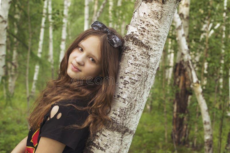 Einsames Mädchen auf Hintergrund der wilden Natur stockbild