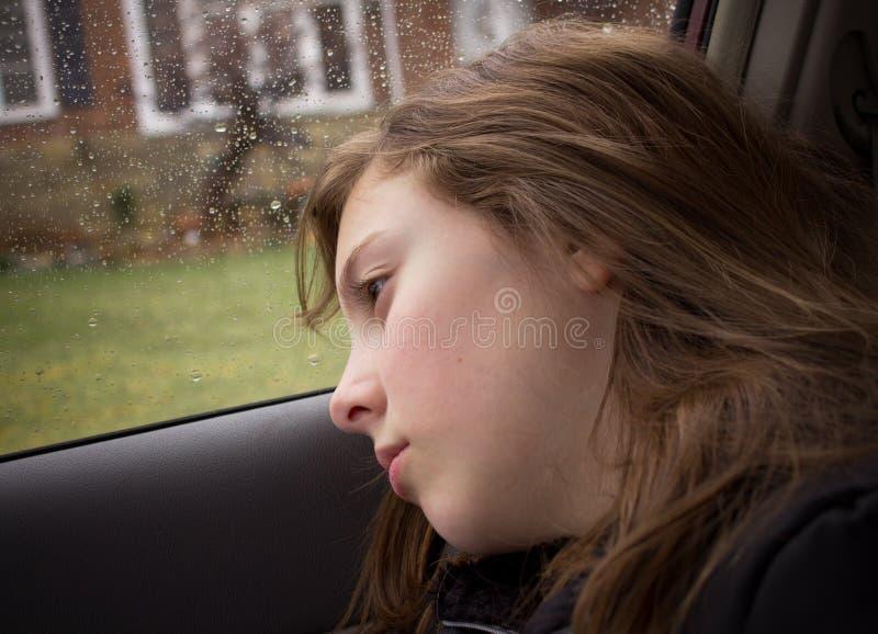 Einsames Mädchen am regnerischen Tag lizenzfreies stockbild