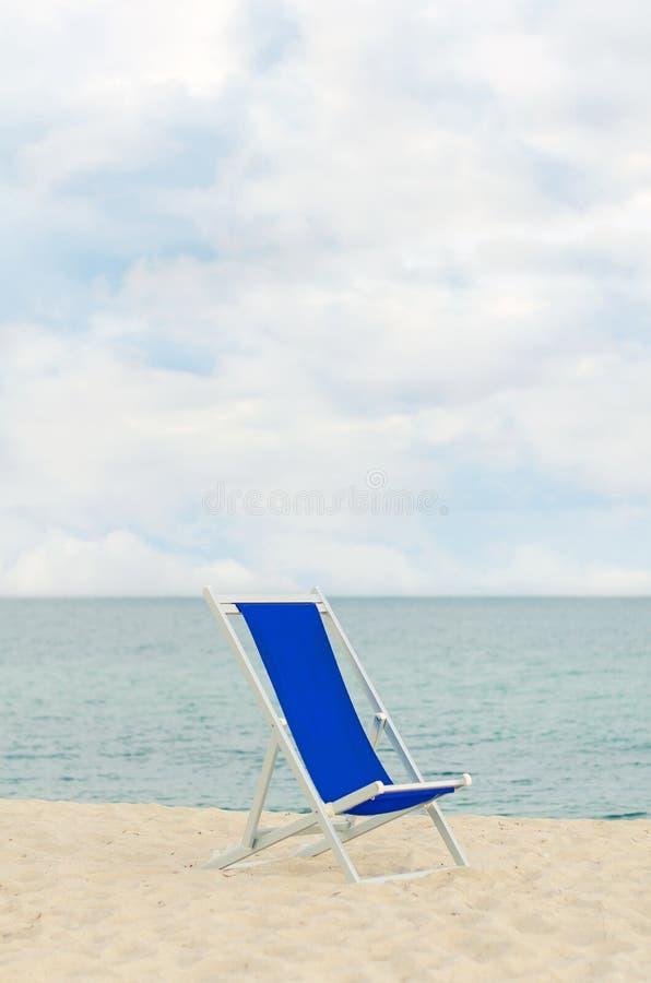 Einsames Metall-gestaltetes deckchair stockbilder