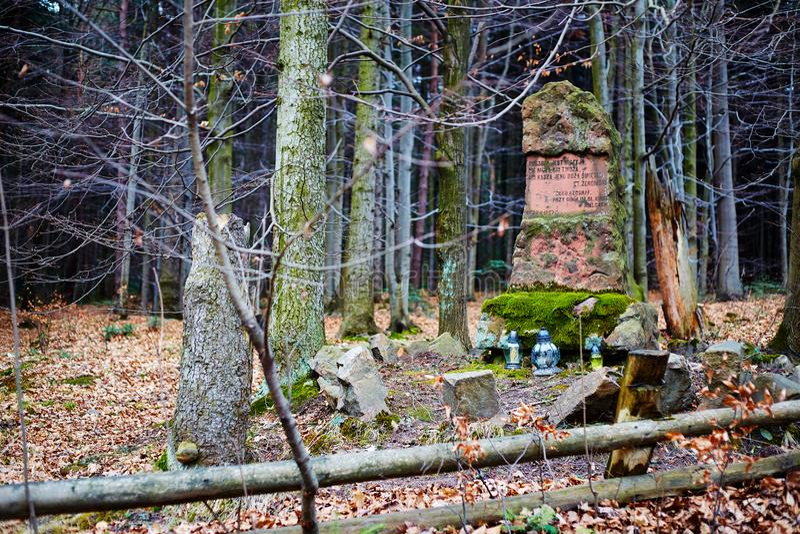 Einsames Monument im Herbstwald lizenzfreies stockfoto