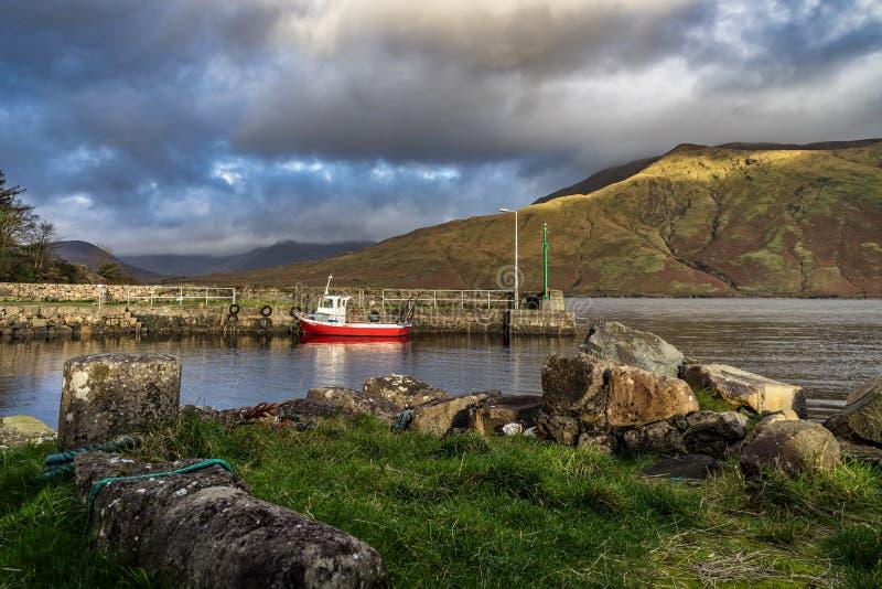 Einsames rotes Boot stockbilder