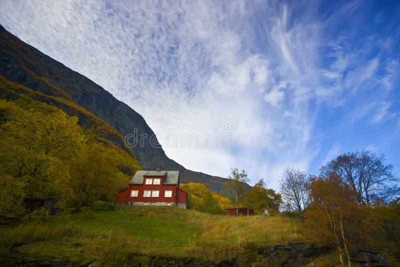 Einsames rotes Haus im landwirtschaftlichen Bauernhof lizenzfreie stockfotografie