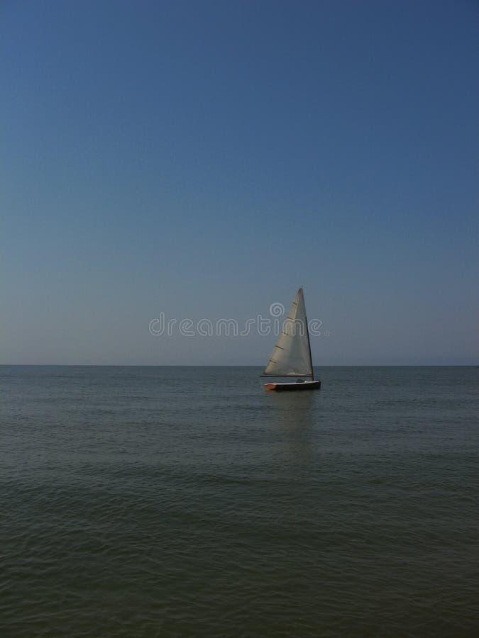 Einsames Segel im Meer stockfotos