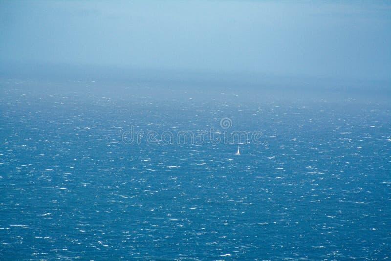 Einsames Segelboot auf dem Meer lizenzfreie stockfotografie