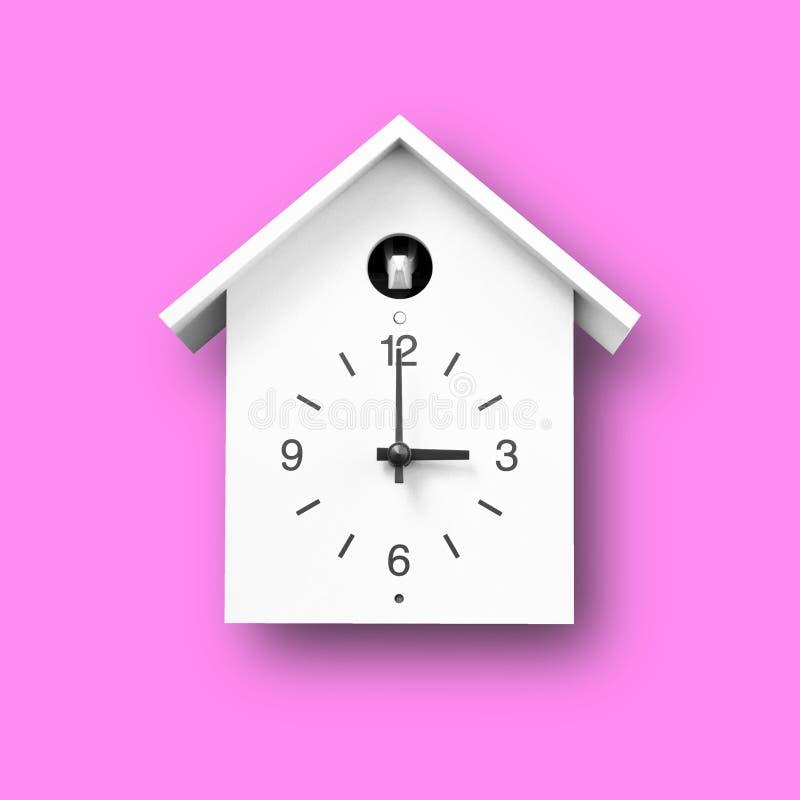 Einsames weißes Objekt, Vintage-Wanduhr mit Vogelhausstil auf rosa Untergrund lizenzfreies stockfoto