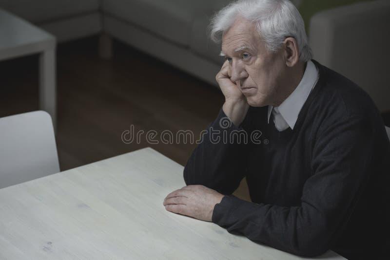 Einsamkeit im hohen Alter lizenzfreies stockbild