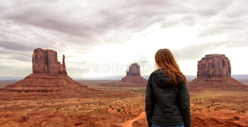 Einsamkeit und Reise zur Wüste im Monument-Tal lizenzfreies stockbild