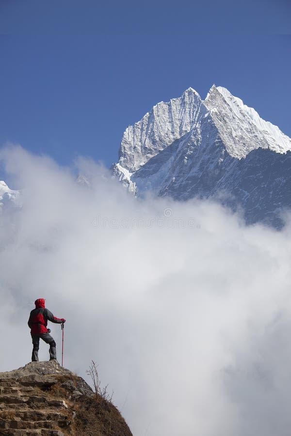 Einsamkeitsdamentrekking in der Himalajaregion lizenzfreie stockbilder