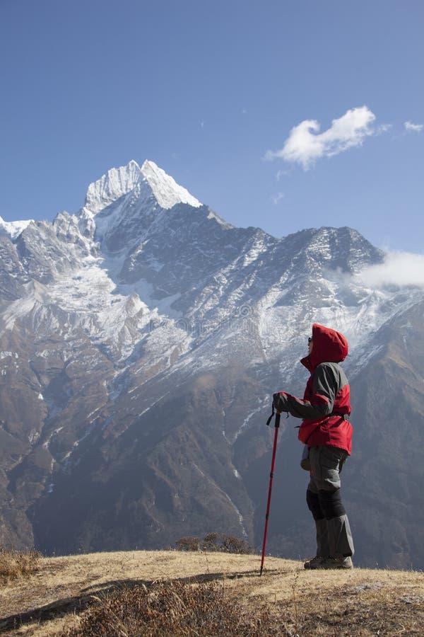 Einsamkeitsdamentrekking in der Himalajaregion lizenzfreies stockfoto