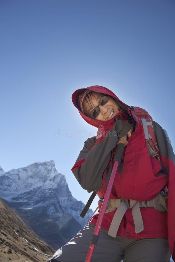 Einsamkeitsdamentrekking in der Himalajaregion stockbilder