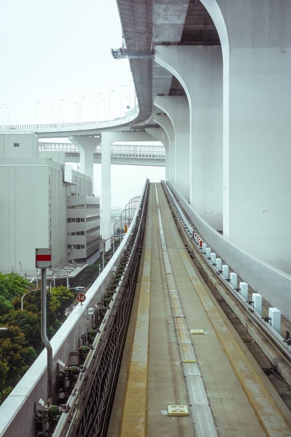 Einschienenbahn auf Regenbogenbrücke, Tokyo, Japan stockbild