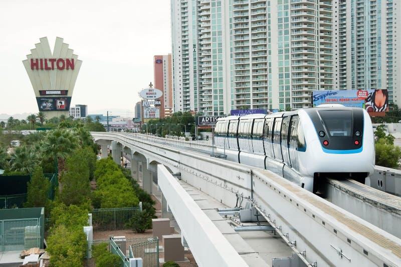 Einschienenbahn, die zur Station auf dem Las Vegas-Streifen ankommt stockfotos