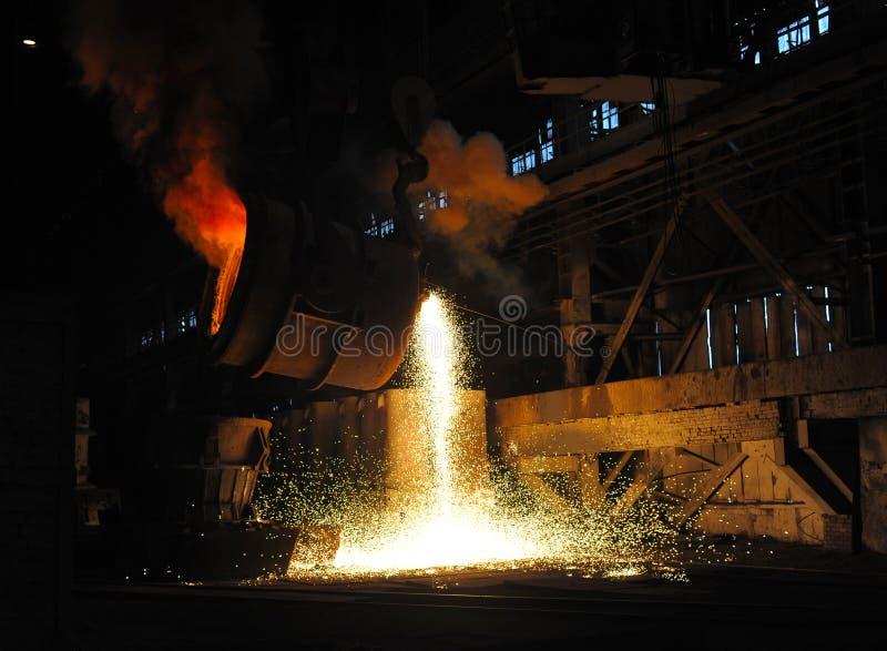 Download Einschmelzen des Metalls stockbild. Bild von flamme, heiß - 12203435