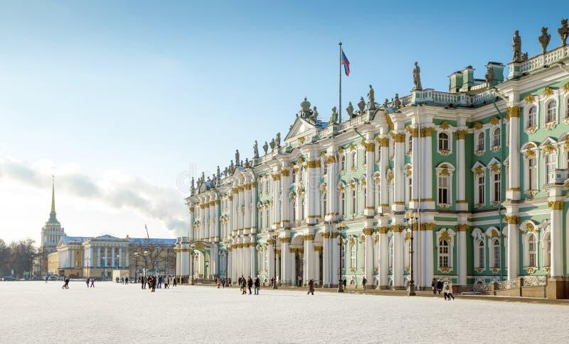 Einsiedlereimuseum - Winter-Palastgebäude auf Palast-Quadrat stockbild