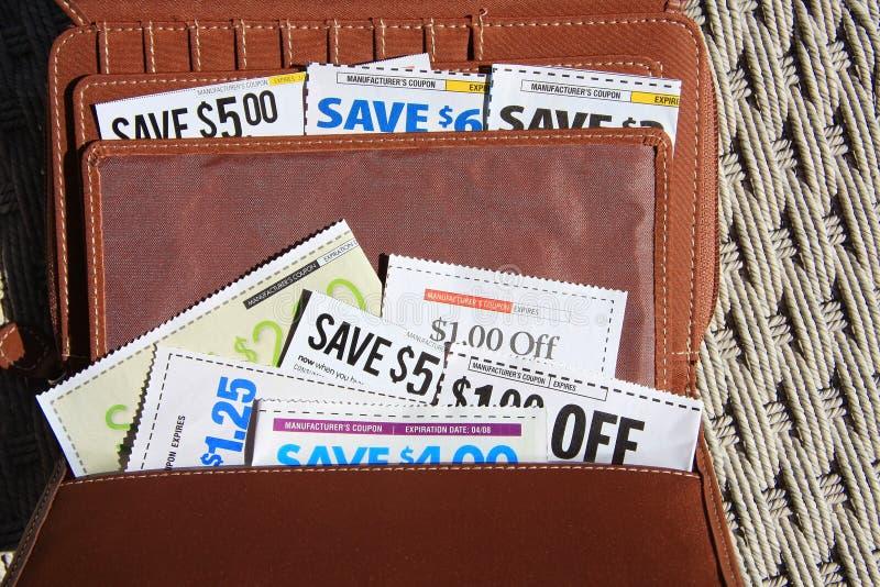 Einsparung-Kupons in der Mappe für das Einkaufen lizenzfreies stockbild