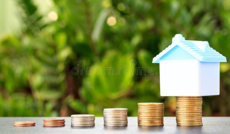 Einsparung, zum eines Hauses zu kaufen, das die wachsende, Rettungsmünze Geld stapeln oder stockfoto