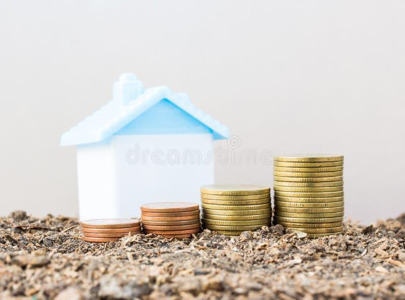 Einsparung, zum eines Hauses zu kaufen, das die wachsende, Rettungsmünze Geld stapeln oder stockbilder