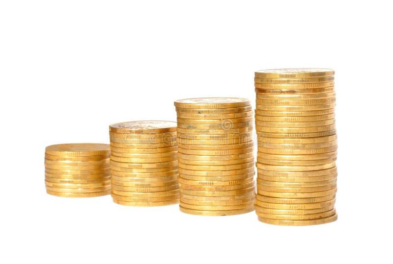 Einsparungen, zunehmende Spalten von den Goldmünzen lokalisiert auf Weiß lizenzfreie stockfotos