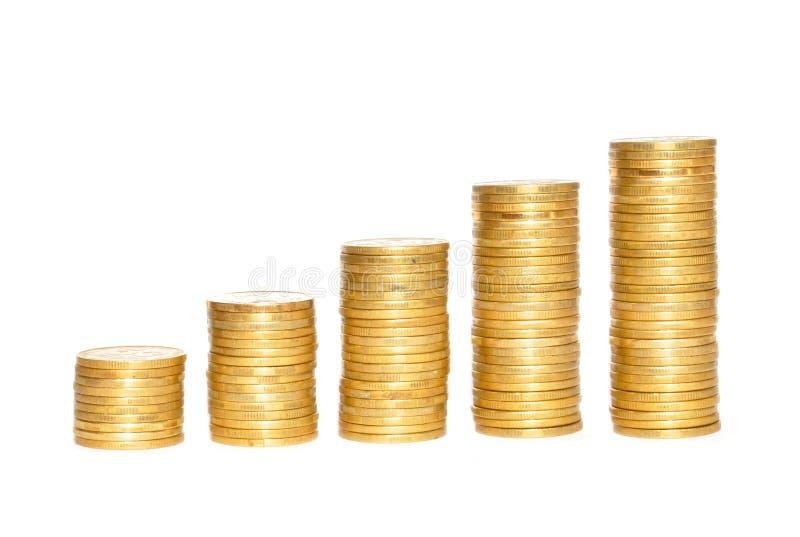 Einsparungen, zunehmende Spalten von Goldmünzen über Weiß lizenzfreies stockbild
