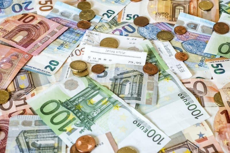 Einsparungens-Bargeldkonzept-Eurobanknoten alle Größen- und Centmünzen auf Schreibtischrechnungslohn-Speichertext-Gesamtsummeabwe lizenzfreie stockfotografie