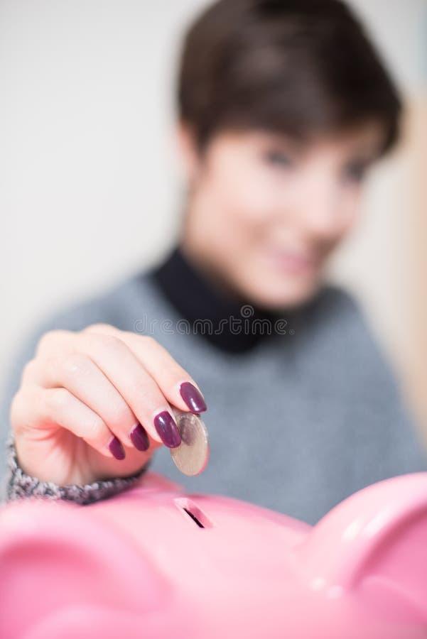 Einsparungensmünze im piggy Kasten lizenzfreie stockbilder