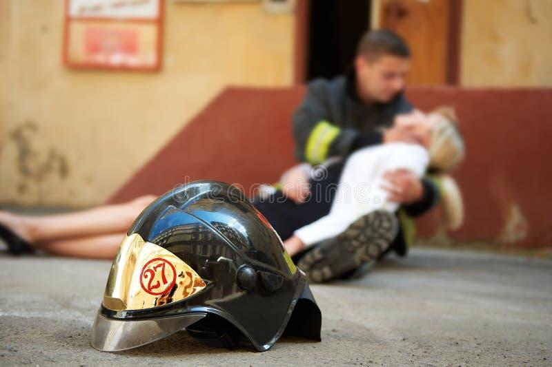 Einsparungfrauen im Feuer lizenzfreie stockbilder