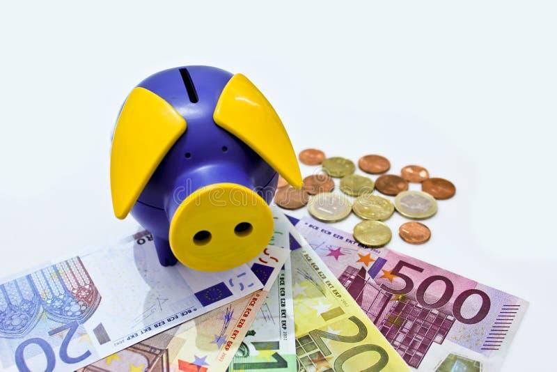 Einsparunggeld in einer Querneigung stockfotos