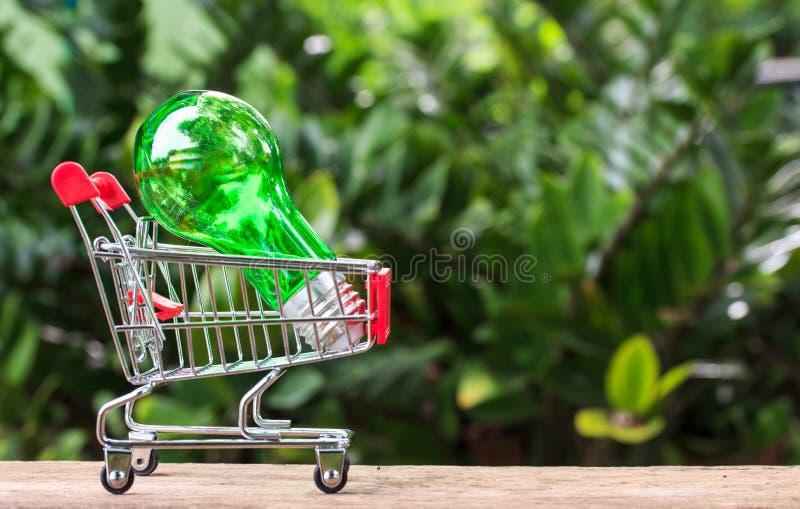Einsparungsenergie Birnen-Warenkorb stockbild