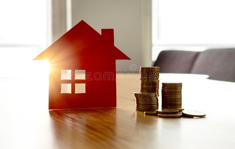 Einsparungsgeld, zum des neuen Hauses zu kaufen Hoher Mietpreis oder -Hausversicherung lizenzfreie stockfotos