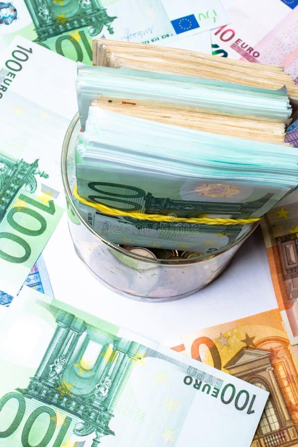 Einsparungsgeldkasten mit Eurobanknoten, Cents Banknoten der Europäischen Gemeinschaft Eurobargeldhintergrund stockbild