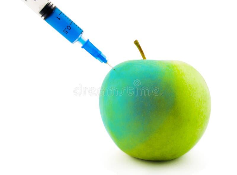 Einspritzung in einem Apfel lizenzfreie stockfotografie