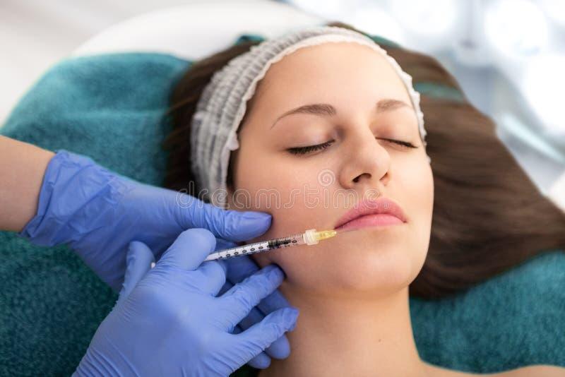 Einspritzung von botox zum Gesicht der sch?nen Frau lizenzfreie stockbilder