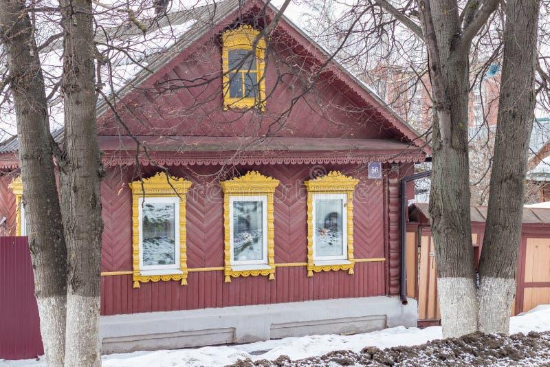 Einstöckiges altes Holzhaus in einer kleinen provinziellen Stadt traditionelle Dekoration, geschnitzte Fensterläden stockfoto