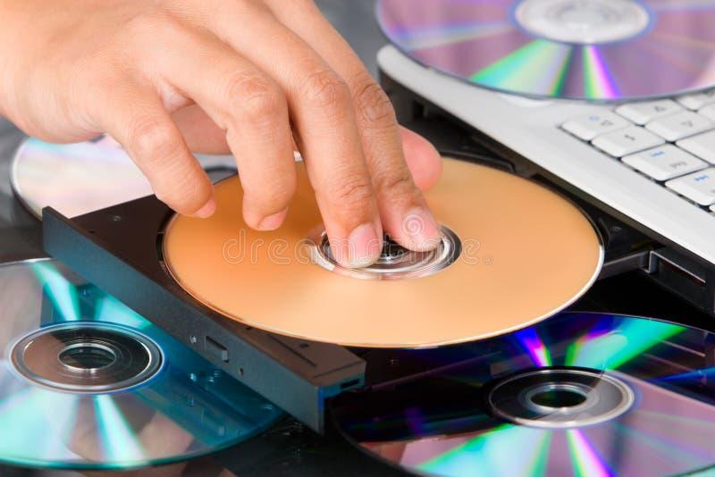 Einstecken von DVD lizenzfreie stockbilder