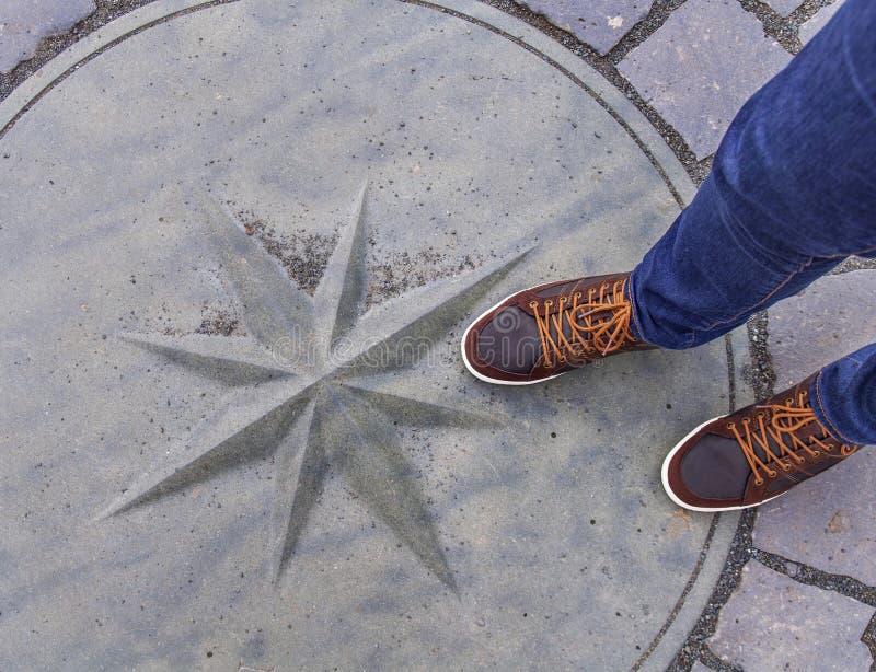 Einsteigelochabflussabdeckung auf Straßen mit bemannt Füße auf ihr stockfoto