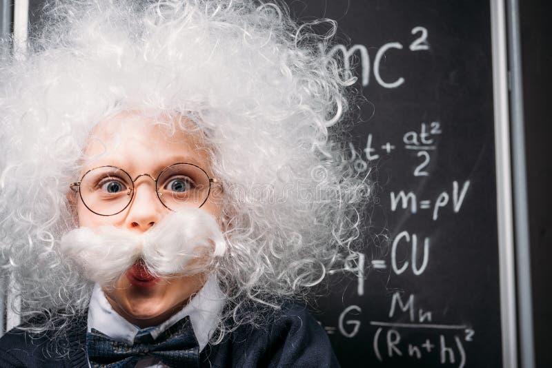 Einstein pequeno nos monóculos com teoria de relatividade imagem de stock