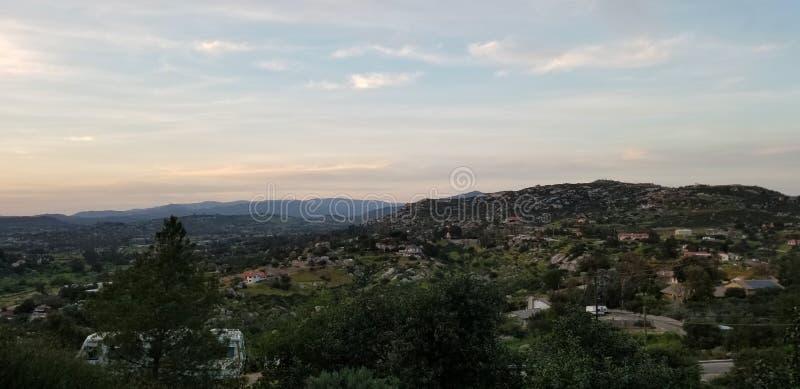 Einstellung sonnen- Glättungshimmel - Berge von Ramona California stockbild