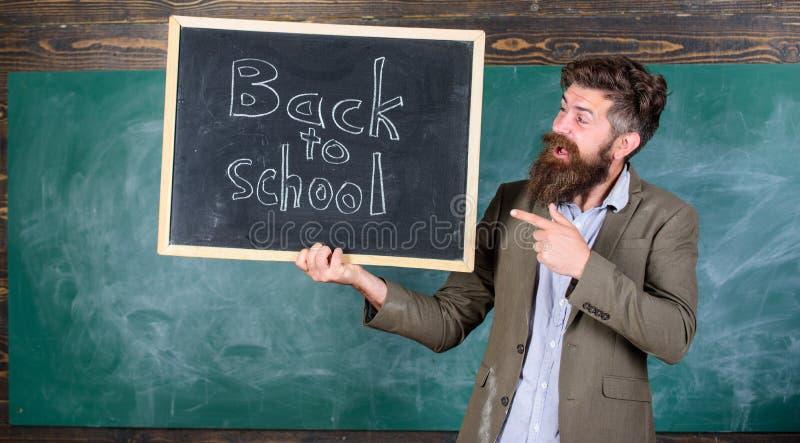 Einstellungslehrer für neues Schuljahr Griff-Tafelaufschrift des Mannes bärtige zurück zu Schule Zurück zu Schullehrern stockfoto