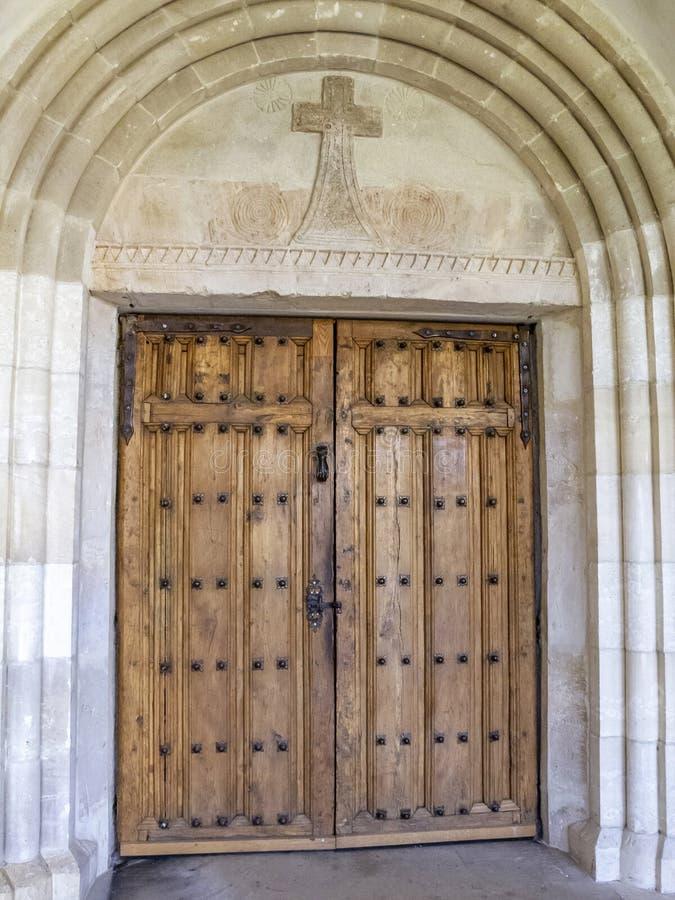 Einstiegstür der Kirche der Abtei von Notre-Dame de Heilig-Remy, Rochefort, Belgien stockfoto