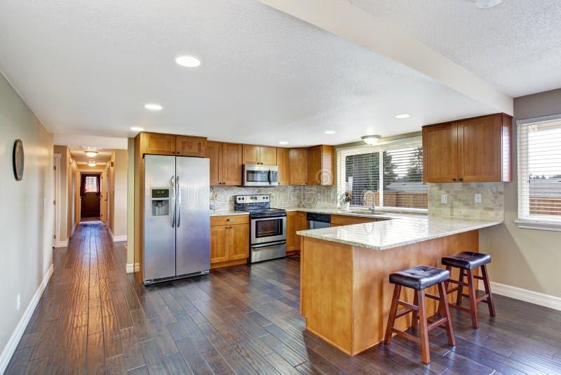 Einstiegstür und ein roter moderner Stuhl Küchenraum und langer Korridor stockbild