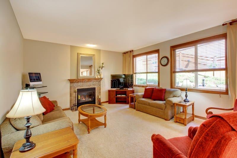 Einstiegstür und ein roter moderner Stuhl Pfirsich und rotes Wohnzimmer mit Kamin und rote Möbel lizenzfreie stockfotos