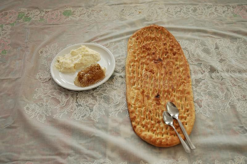 Eintägiges Morgenfrühstück - naan und Honig lizenzfreies stockfoto