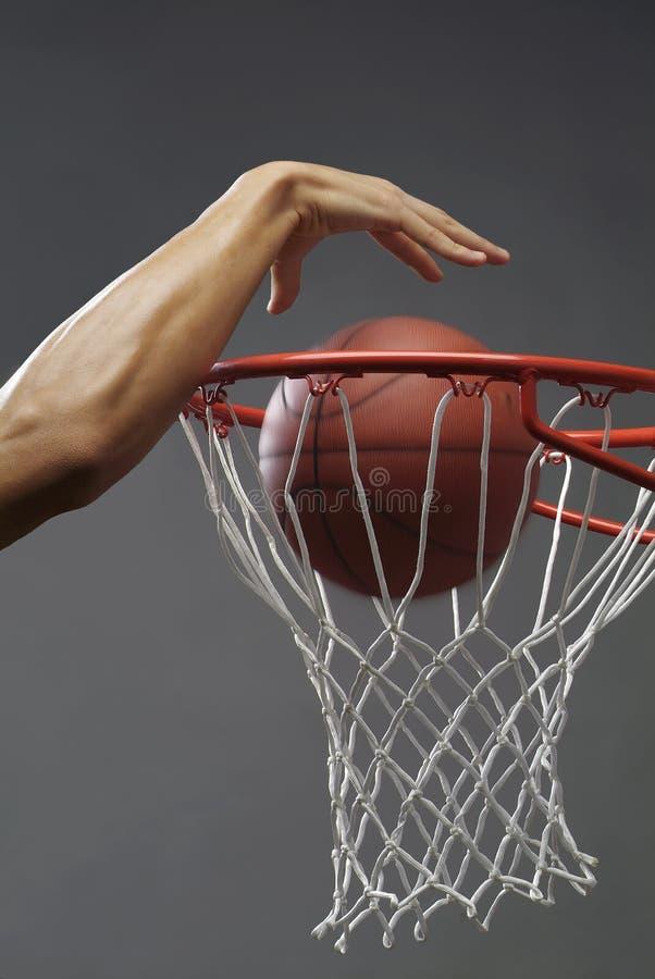 Eintauchen eines Basketballs stockfoto