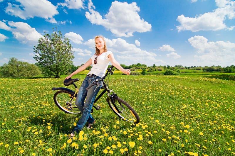 Eintragfaden der jungen Frau mit Fahrrad stockfotos