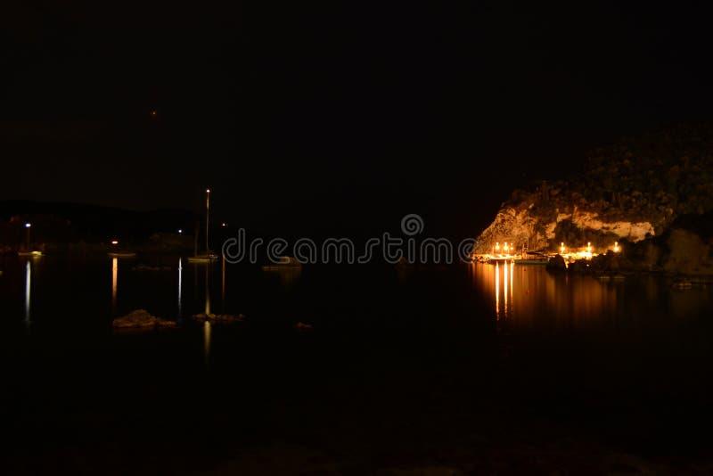 Eintritt im Paleokastritsa-Hafen während der Nachtzeit lizenzfreie stockbilder
