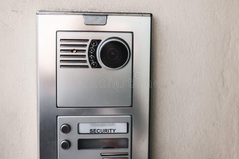 Eintrittssicherheit Nahaufnahme schoss von einer Wechselsprechanlage auf einer modernen Neubautür Konzept des Privateigentums, Im lizenzfreies stockbild