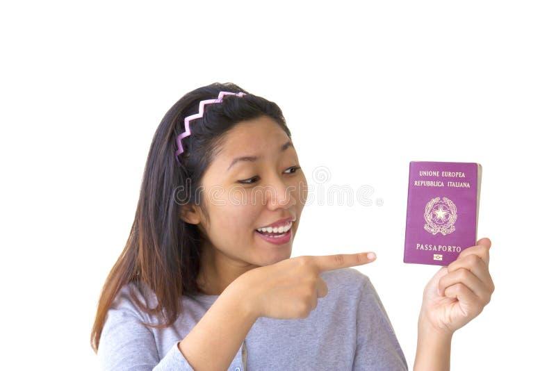 Einwandernde Frau, die italienischen Paß anhält lizenzfreie stockfotos